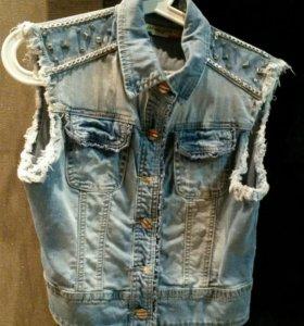 Новый джинсовый жилет с погонами жен.