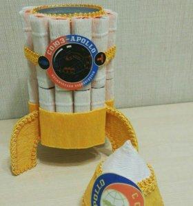 Шкатулка ввиде ракеты с Киндер шоколадом.