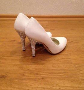 Туфли элегантные белые со стразами р-р 36.5