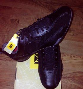 Продам новые фирменные кроссовки оригинал 42 раз