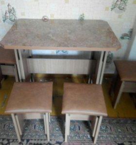 Кухонный стол и стулья.