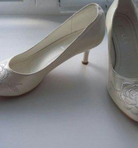 Туфли женские свадебные.