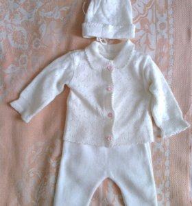 Беленький вязанный костюмчик
