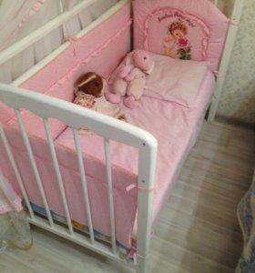 Детская кроватка с набором белья.
