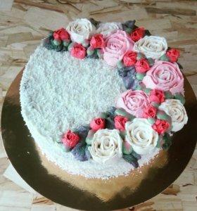 Торт рафаэло украшен цветами из кремчиза