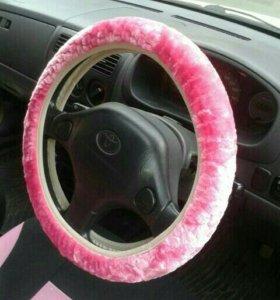 Розовый меховой чехол на руль автомобиля
