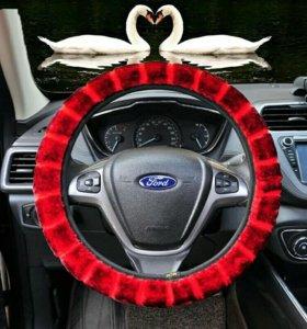 Красная меховая оплетка на руль автомобиля