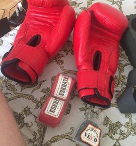 Боксёрские перчатки, бинты, каппа
