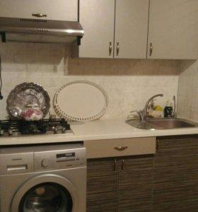 Кухня с варочной поверхностью, мойкой, смесителем.