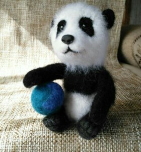 Панда с мячиком - игрушка из шерсти