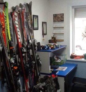 Горные лыжи и сноуборды.