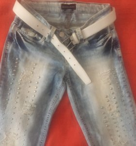 Джинсовые брюки с металлическими заклепками