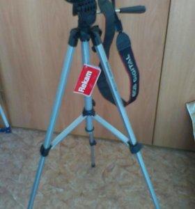 Фотоаппарат цифровой зеркальный со штативом