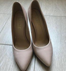 Бежевые лакированные туфли-лодочки