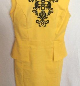 Платье из плотного трикотажа с вышивкой