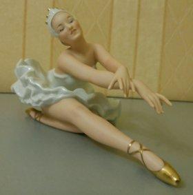 """Фарфоровая статуэтка Балерина """"Лебединое озеро""""."""