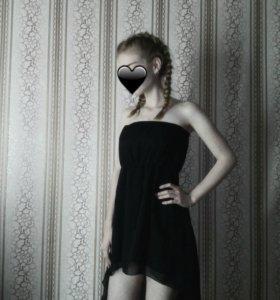 черное шифоновое платье со шлейфом.