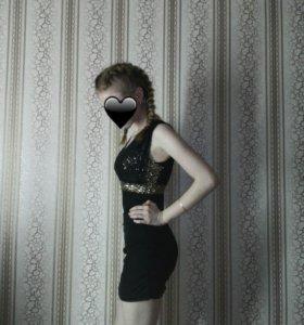 черное обтягивающее платье с пайетками.