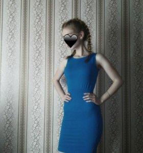 светло-синее обтягивающее платье.
