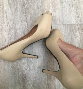 Кожаные туфли с открытым носом на каблуке