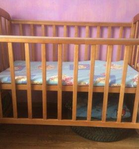 Детская кроватка с матрасом на кокосовой стружке .