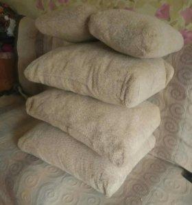 Светлые подушки для дивана