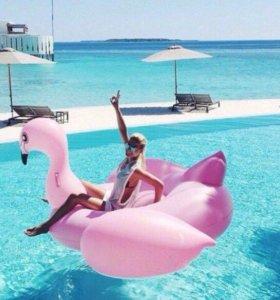 Розовый надувной фламинго