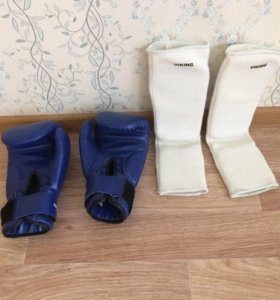 Боксёрские перчатки и накладки на голень.