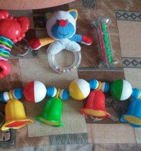 20 развивающих игрушек и погремушек.