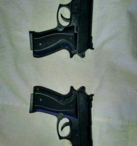 2 пистолета