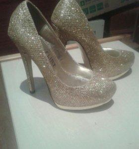 Красивые золотистые туфли