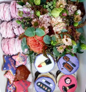 Коробочки с цветами и вкусняшками