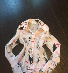 Блузка пудрового цвета с интересным принтом