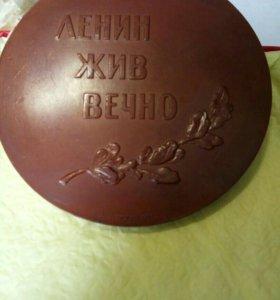 Настольная медаль Ленин жив вечно.