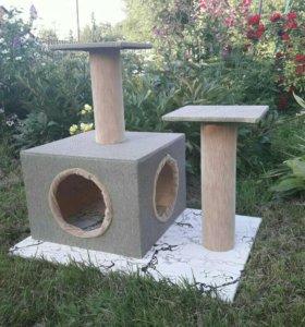 Домик для кошек с двумя когтеточками.