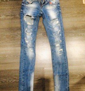 Рваные джинсы