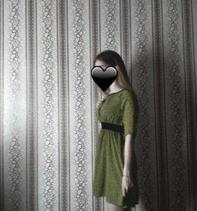 платье в горошек с резинкой на поясе.
