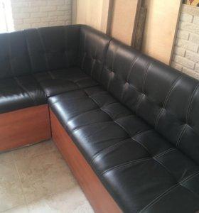 Угловой кожаный диван, спальное место