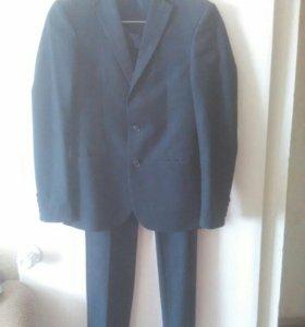 Продается темно-синий костюм