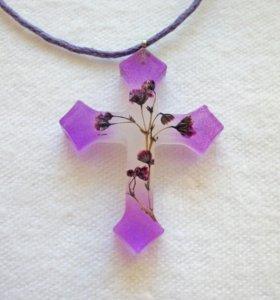 Крестик из ювелирной смолы с цветами ручной работы