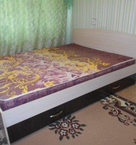 Двухспальная кровать с матрацем