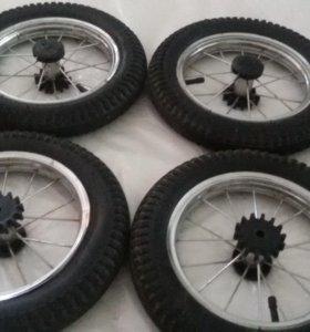 Два колеса от двойнёвой коляски