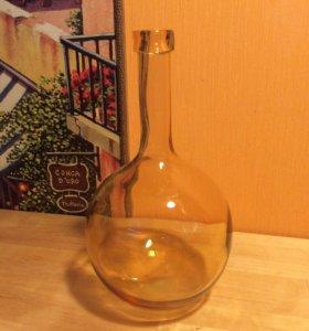 Декоративная ваза из выдувного стекла.