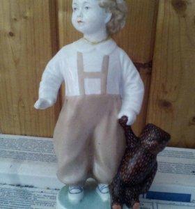 Фарфоровая статуэтка мальчик с мишкой. ЛФЗ. 1950 г