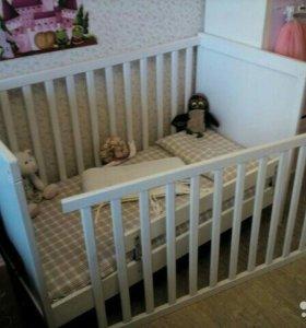 Кроватка Икеа с пружинным матрасом и мяг.бортиком.
