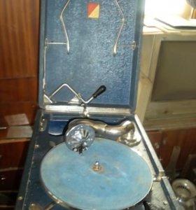 Грамофон очень старинный со времен войны