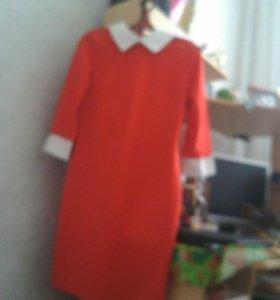 Алое платье с белым воротничком и манжетатами