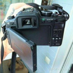 Фотоаппарат с двумя объективами и двумя батареями.
