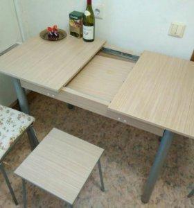 Стол раздвижной с тремя табуретами