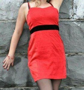 Платье красное.